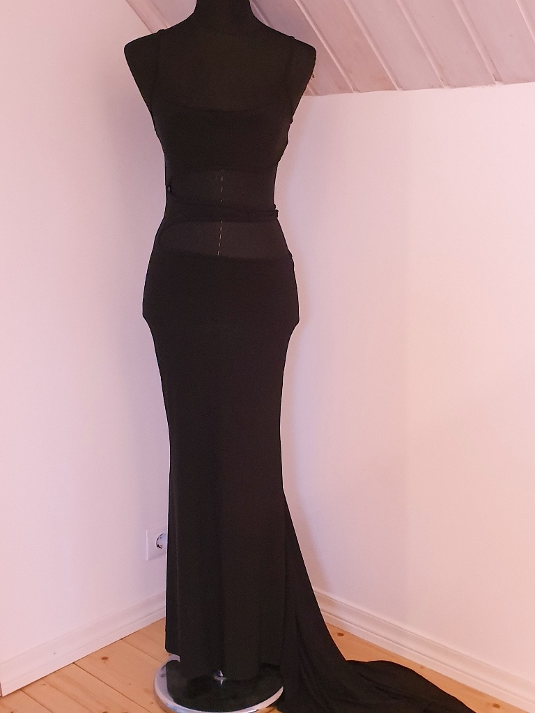 Sexikas, must, pikk kleit